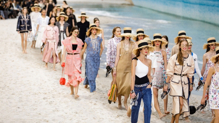 Parigi Fashion Week: la sfilata di Chanel in spiaggia